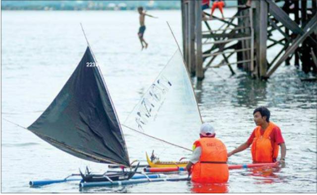 beberapa-perahu-layar-mini-adu-kecepatan-di-pantai-dermaga-cinta-kelurahan-bulusan-kalipuro-kemarin