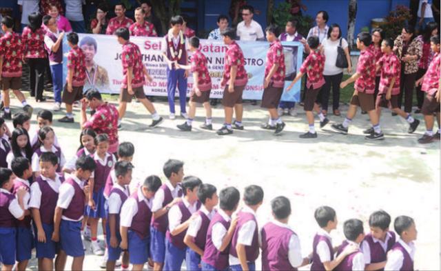 jonathan-mendapat-ucapan-selamat-dari-para-siswa-sekolah-kristen-aletheia-genteng-kemarin