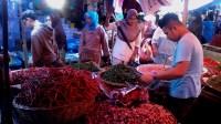 Pedagang Cabai merah dan Bawang Merah di Pasar Raya, Kota Padang. Foto : Ikhwan