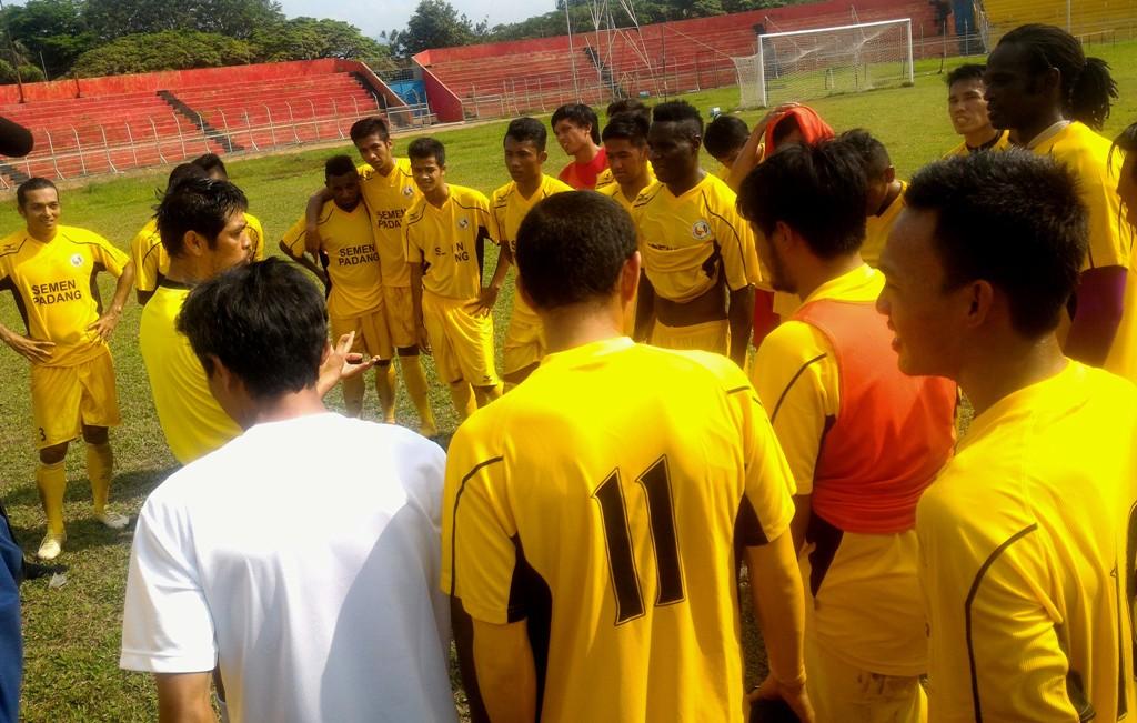 Koordinasi Pelatih Nil Maizar bersama para pemain usai sesi latihan di Stadium GOR H Agus Salim Padang. Foto : Ikhwan