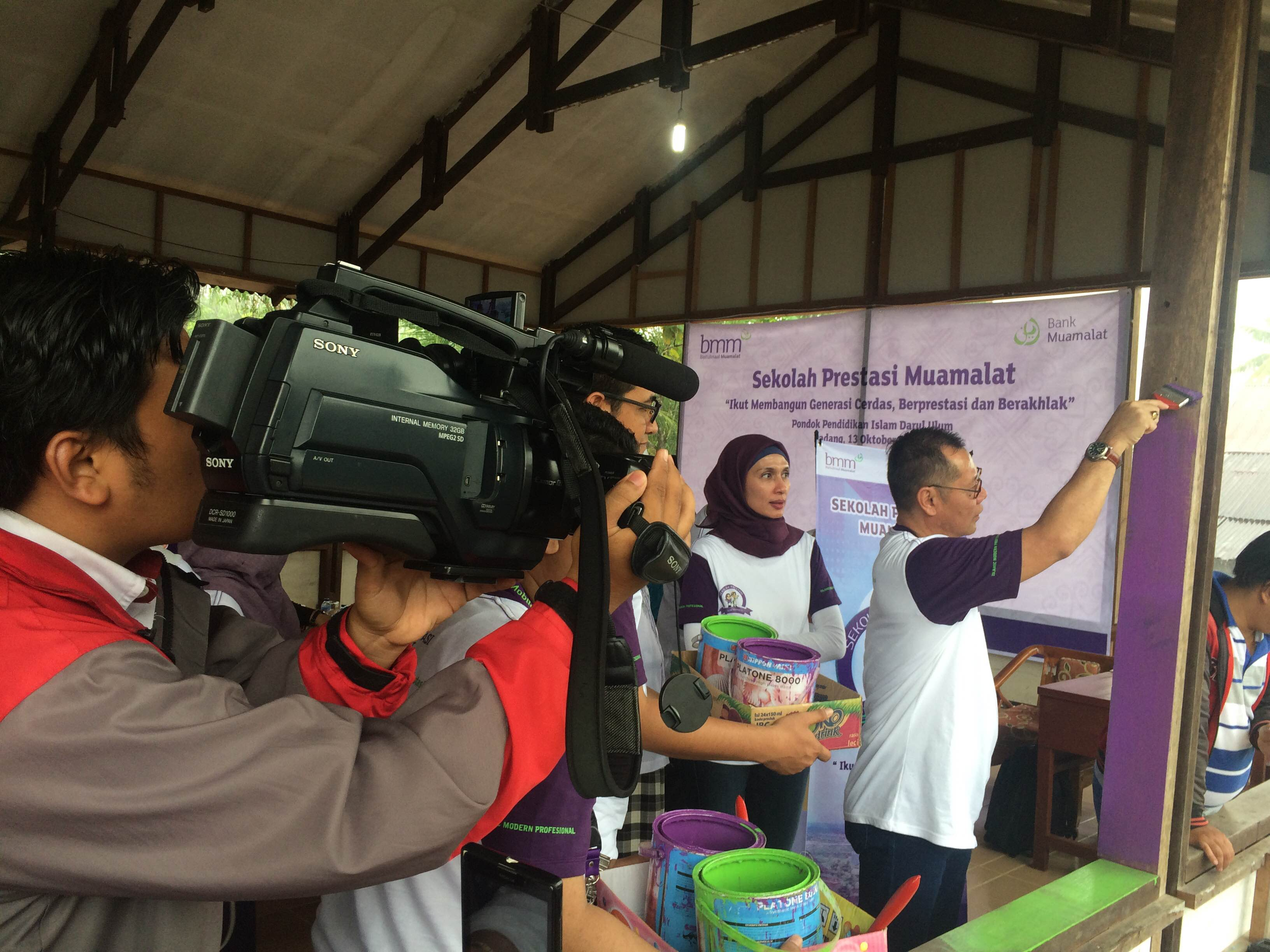 Pemberian Bantuan Dana Pendidikan oleh Bank Muamalat kepada Pesantren Darul Ulum.