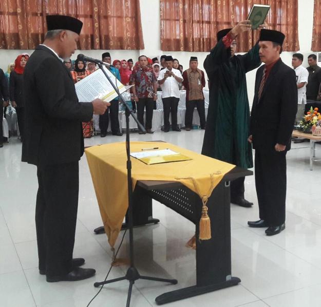 Walikota Padang, Mahyeldi Ansarullah melantik Asnel sebagai Sekretaris Daerah Kota Padang yang baru.