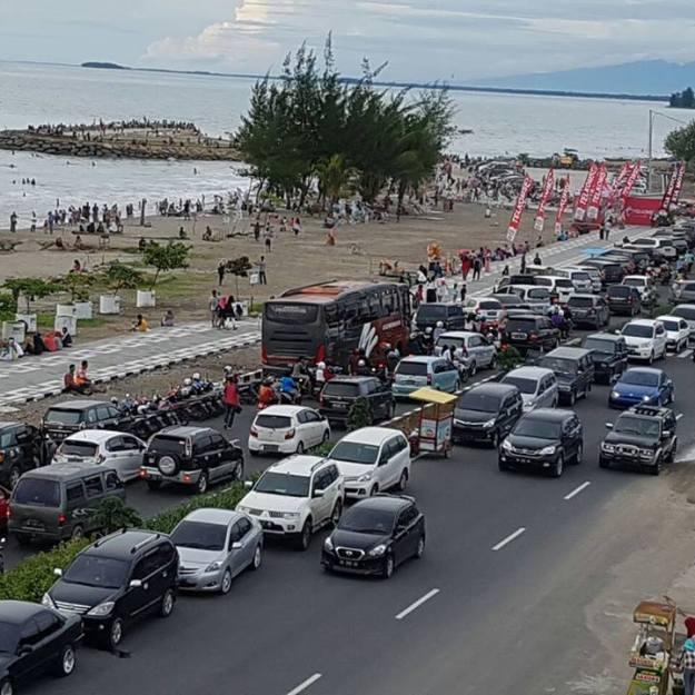 Pantai Padang dipadati wisatawan. Foto : Istimewa