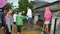 Wakil Gubernur Sumatera Barat, Nasrul Abit saat meninjau lokasi banjir di Jondul Rawang, Padang Selatan, Kota Padang, Rabu (31/5/2017). Foto : Istimewa