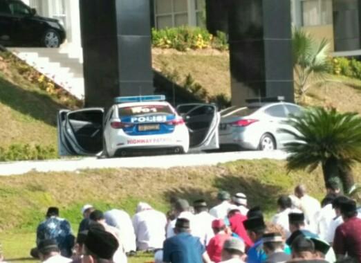 mobil sedan PJR milik Ditlantas Polda Sumbar membantu jemaah untuk mendengar suara imam dan khutbah khotib saat prosesi salat Id di Mapolda Sumbar