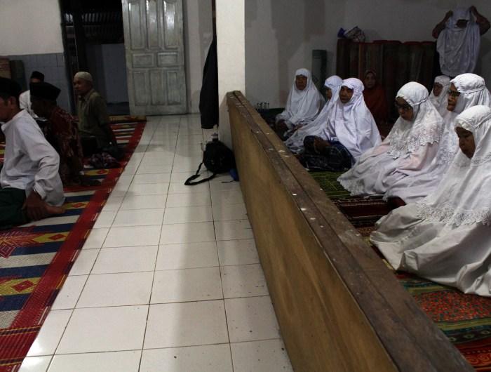 Muslim Indonesia yakni Tareqat Naqshbandiyah atau Naqshbandi salat terakhir menyambut bulan puasa Ramadan 23 Juni, 2017/@tanharimage