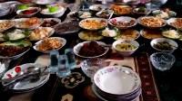 Manjalang Mintuo, merupakan salah satu tradisi di Sumatera Barat yang masih lestari kala Idul Fitri. Tradisi ini seorang menantu membawa kue atau makanan saat berlebaran ke rumah mertuanya. Dok. #tanharimage/Yat/