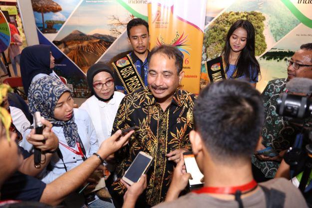 Menteri Pariwisata, Arief Yahya oleh beberapa wartawan di stand Kementerian Pariwisata di Alun-alun Jember dalam rangkaian pameran JFC 2017, Jawa Timur. Sabtu (12/8/2017)