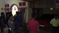 Tim Saber Pungli menangkap Sekretaris Nagari Aripan dikediamannya. Foto : Fernandez