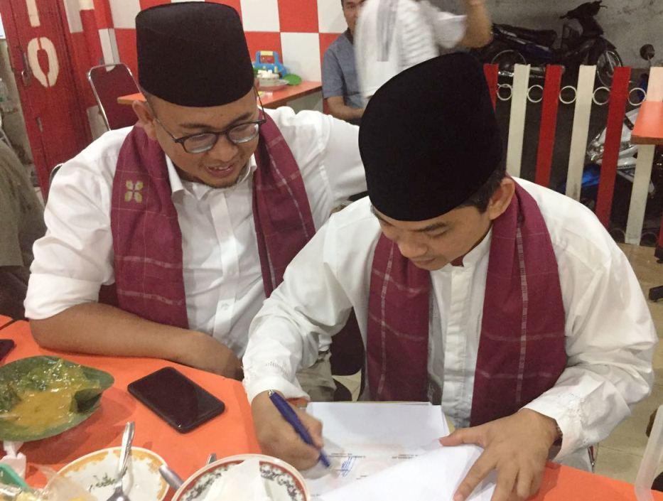 Maidestal Hari Mahesa didampingi Andre Rosiade saat pertemuan mendadak di salah satu rumah makan sekaligus resto di simpang kinol, pondok, Padang, Sumatera Barat, Sabtu (23.9.2017) by kabarpadang.com