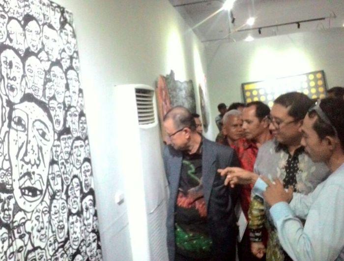 Pencinta seni sekaligus Wakil Ketua DPR RI Fadli Zon melihat karya senirupa dalam Pameran Senirupa Tambo #2 yang digelar Kampuang Sakato di Gedung Pameran, Taman Budaya, Padang, Sabtu.