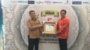 Direktur Kredit dan Syariah Bank Nagari Hendri didampingi Pemimpin Divisi Unit Syariah Bank Nagari Everyson menerima penghargaan Infobank Sharia Finance Awards 2017.