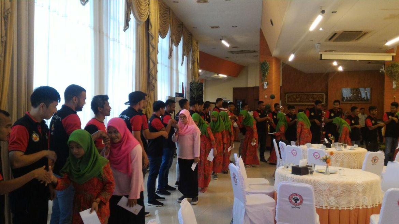 Aksi sosial tim Semen Padang FC dengan anak Panti Asuhan Al-Ihsan, Lapai, Kota Padang, Kamis (5/10/2017).