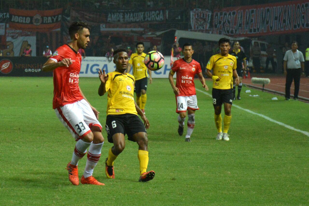 Pertandingan Persija Jakarta melawan Semen Padang FC dalam laga lanjutan Gojek Traveloka Liga 1 di Stadion Patriot Candrabhaga, Bekasi, Minggu (22/10/2017) malam.