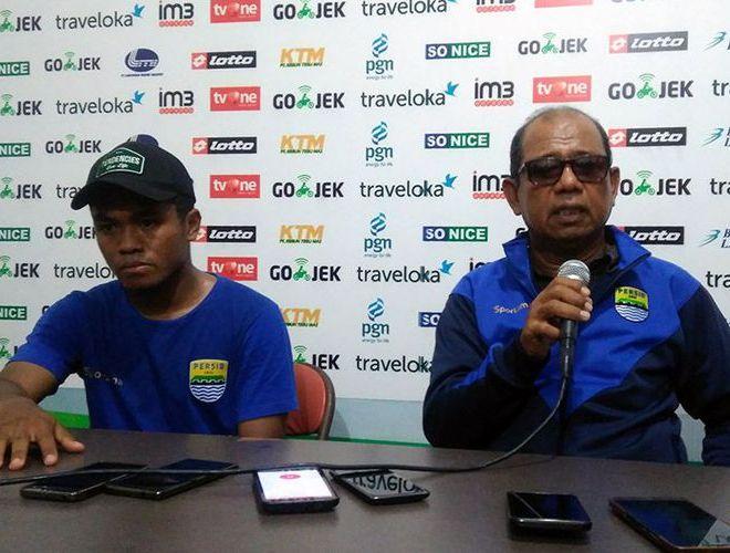 Pelatih Persib Bandung Emral Abus (kanan) dan Fulgesius Billy.