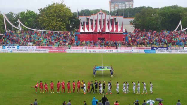 Laga pertandingan Semen Padang FC melawan PS TNI.