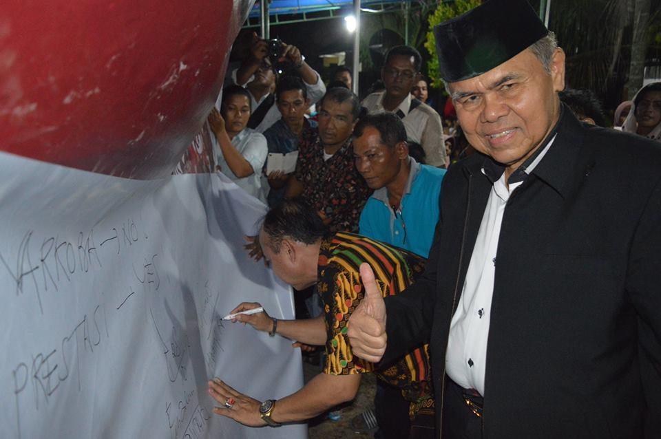 Wakil Walikota Padang Emzalmi yang juga Ketua BNK Padang bersama Wahyu Iramana Putra (Wakil Ketua DPRD Kota Padang) menandatangani spanduk anti narkoba di Kelurahan Alai Parak Kopi, Kecamatan Padang Timur sebagai Kelurahan Bebas Narkoba dan Maksiat beberapa waktu lalu