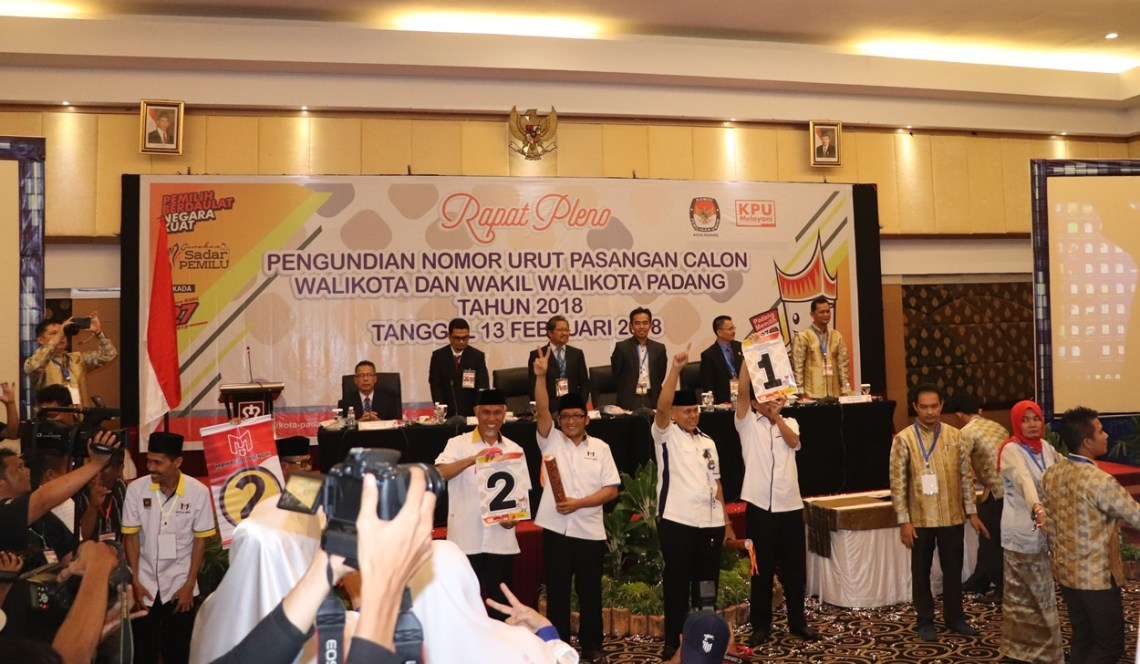 Pasangan Calon Mahyeldi Ansarullah-Hendri Septa dan Emzalmi-Desri Ayunda memperlihatkan nomor urut untuk Pilkada Kota Padang tahun 2018. Foto : Istimewa
