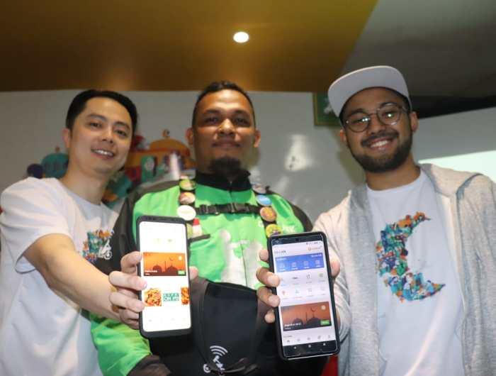 Strategic Regional Head GO-JEK Sumatera Edy Tan (kiri) dan Wisnu Nugrahadi, Senior Manager of Operations GO-JEK menunjukkan tampilan aplikasi GO-JEK dengan beragam fitur baru yang ada di bulan Ramadan