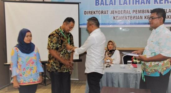Pemasangan ID Card peserta pelatihan , kepada perwakilan peserta oleh Kepala BLK Padang, Syamsi Hari , SE,MM