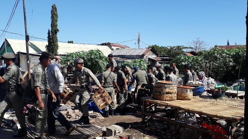 Puluhan pedagang pasar seketeng di tertibkan