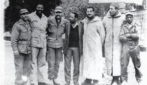Mandela_avec_des_combattants_algériens_de_l'ALN