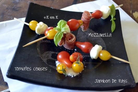 recette de brochettes avec des tomates, mozzarella et jambon
