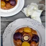Recette des tartelettes façon sablé aux Prunes et Pommes présenté avec des pétales de rose blanches