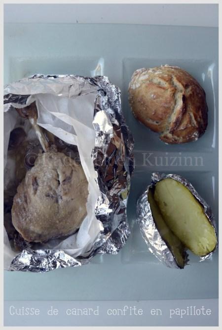 Recettes -Cuisse de canard confite en papillote servi avec une pomme de terre au four et un petit pain