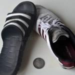 Photo de pantoufle et basket à pile ou face avec une pièce de monnaie de collection
