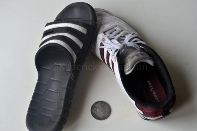 Photo de pantoufle et basket à pile ou face avec une pièce de monnaie