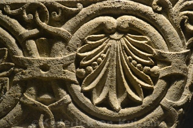 Photo du bas relief de la Basilique de Notre dame de la Garde en lumière à Marseille pour le projet 52 de vivre la photo