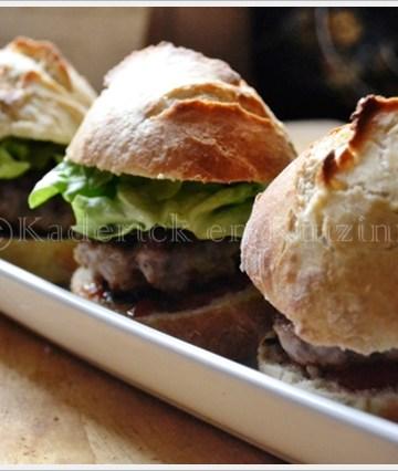 Présentation des hamburgers de porc aux pommes dans un plat blanc pour l'apéro