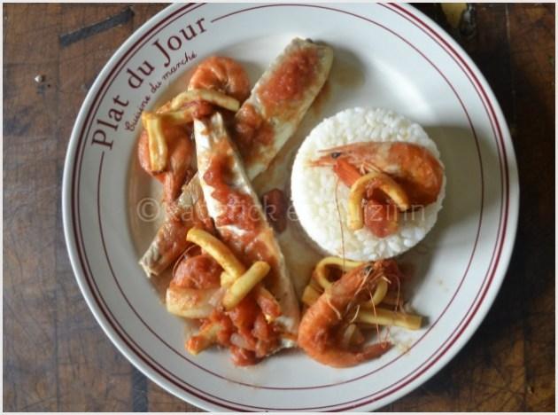 Recette du loup entier en sauce tomate, calamars et crevettes servis à l'assiette avec du riz