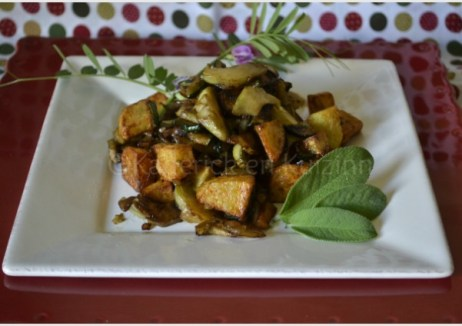 Recette de la poêlée de légumes bio printaniers servi dans une assiette carrée blanche sur une autre rouge