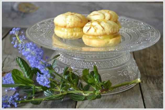 Présentation des coques garnies de lemon curd avec des zestes de citron sur ©Kaderick en Kuizinn