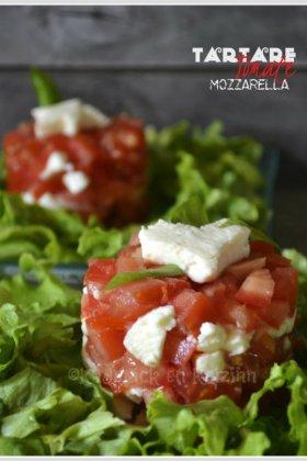 Tartare de tomate et mozzarella servi en entrée sur un lit de salade