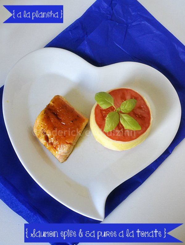 Dégustation saumon épicé à la plancha & purée tomate bio présenté dans une assiette en forme de coeur