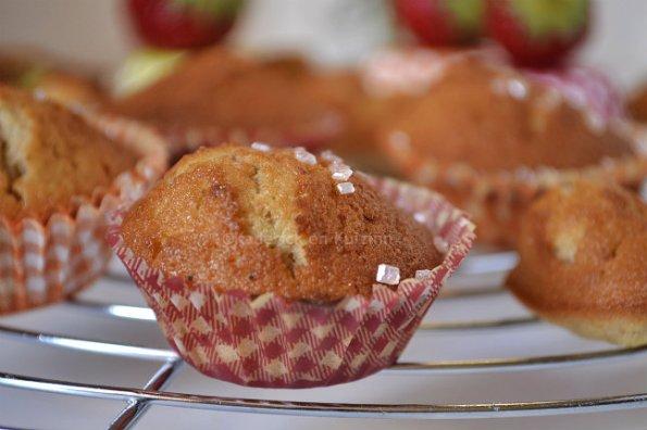 Recette petits gâteaux moelleux aux fraises bio décorés de grains de sucre rose pour un goûter