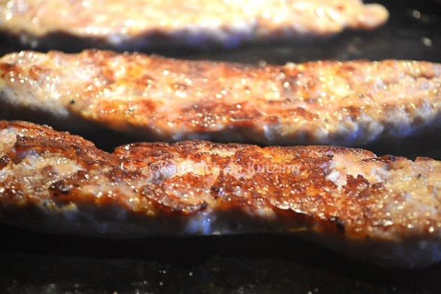 Recette saucisse de Toulouse grillée à la plancha ouverte en deux dans le sens de la longueur