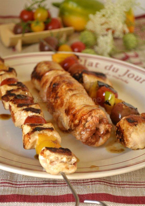 Dégustation du poulet farci au chorizo à cuire en rôti ou brochettes cuitent à la plancha à gaz simogas