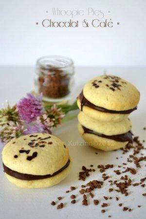 Dégustation Whoopie Pies ganache chocolat & café pour un dessert ou un goûter gourmand servi avec un verre de lait frais sur Kaderick en Kuizinn©