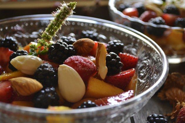 Salade multi-fruits d'été un dessert frais & rapide servi dans des coupelles individuelles transparentes