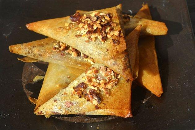 Samoussas à la pâte de datte, miel et noisette pour un dessert