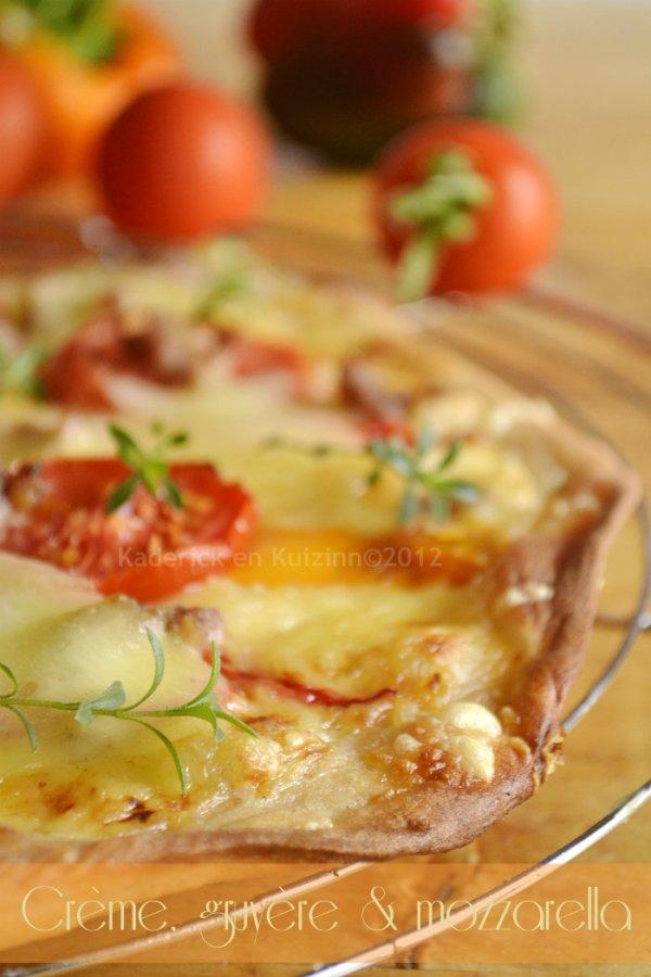 Dégustation de la recette facile pizza blanche maison à la crème, gruyère, mozzarella et aux tomates fraîches bio et poivrons - Kaderick en Kuizinn©
