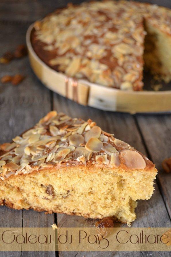Recette facile gâteau le garriguet du pays cathare à la farine de seigle et d'épeautre bio aux raisins secs bio et amandes encerclé dans un cadre en bois - Kaderick en Kuizinn©