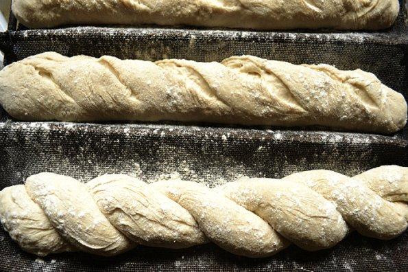 Préparation des baguettes tordues à la farine d'épeautre bio - Kaderick en Kuizinn©