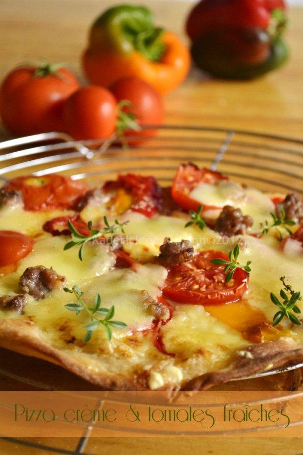 Recette facile pizza blanche maison à la crème, gruyère, mozzarella et aux tomates fraîches bio et poivrons- Kaderick en Kuizinn©