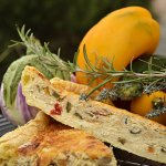 Dégustation de la recette de la quiche ou tarte avec une pâte feuilletée et de courgette, aubergine, tomate, poivron bio cuisiné en ratatouille - Kaderick en Kuizinn©