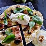 Recette de pizza façon salade gasconne pour Culino Versions avec des gésiers confits, mâche, fromage de chèvre, oeuf poché et noix grillées - Kaderick en Kuizinn©